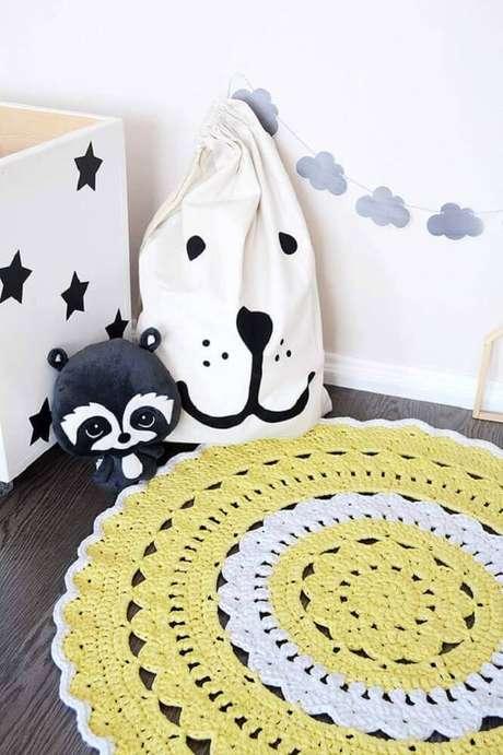 41. Decoração para quarto infantil com tapete de crochê redondo amarelo e branco – Foto: Sewing Crochet and Crafts