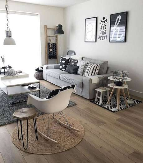 9. Decoração para sala de estar em tons de cinza com três modelos diferentes de tapete – Foto: Pinterest