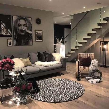 42. Não é preciso que o tapete redondo para sala seja muito grande a ponto de conseguir ficar sob todos os móveis – Foto: Pinterest