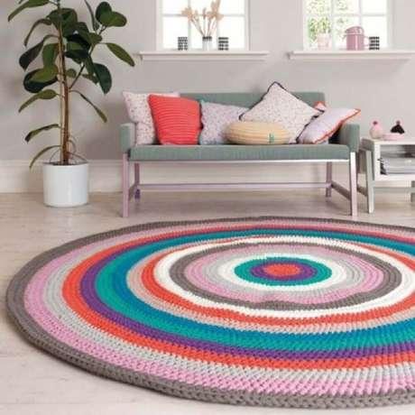 44. Que tal colocar mais cor na sua decoração utilizando um tapete de crochê redondo com listras coloridas – Foto: Pinterest