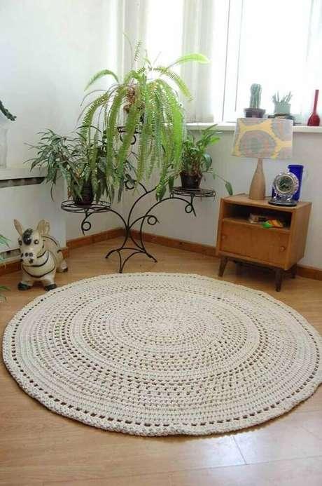 45. Decoração simples com tapete de crochê redondo bege – Foto: Pinterest