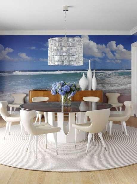 48. Decoração sofisticada com tapete redondo para sala de jantar ampla – Foto: Anthony Baratta