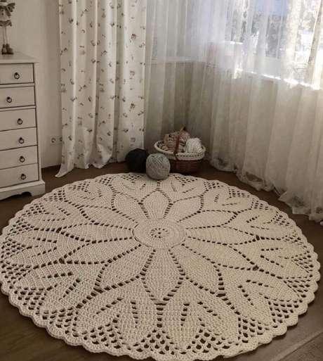 50. Decoração simples para quarto com tapete de crochê redondo – Foto: Pinterest