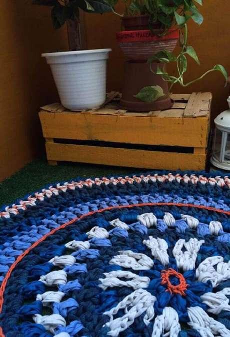 51. Modelo de tapete de crochê redondo com tons de azul – Foto: Pinterest