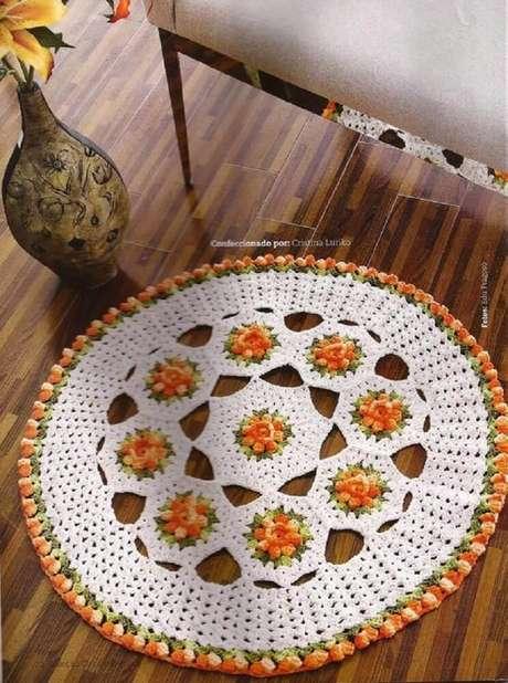 54. Modelo simples de tapete redondo com flor de crochê – Foto: Balaio de crochê