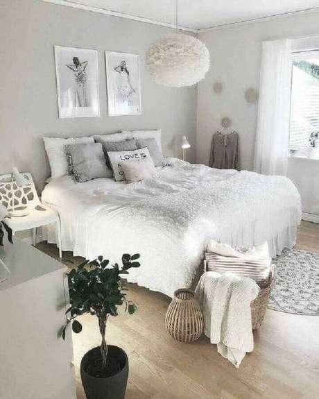 17. Modelos de quarto clean decorado com lustre diferente e tapete redondo pequeno – Foto: Decoração de Casa