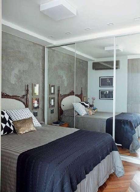 22. Modelos de quarto de casal decorado com parede de cimento queimado e guarda roupa espelhado – Foto: Pinterest