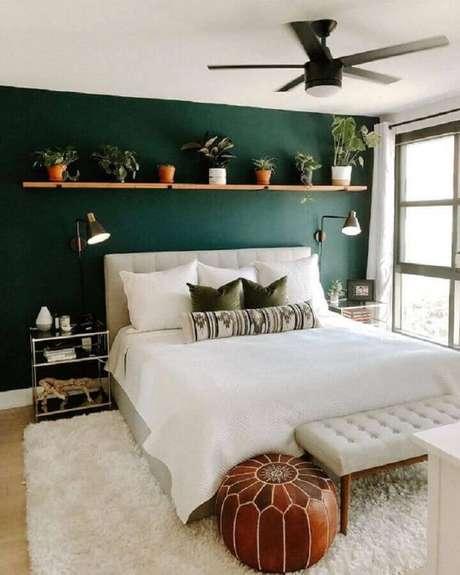 24. Modelos de quarto de casal simples com parede verde e prateleira de madeira cheia de vasinhos – Foto: Article