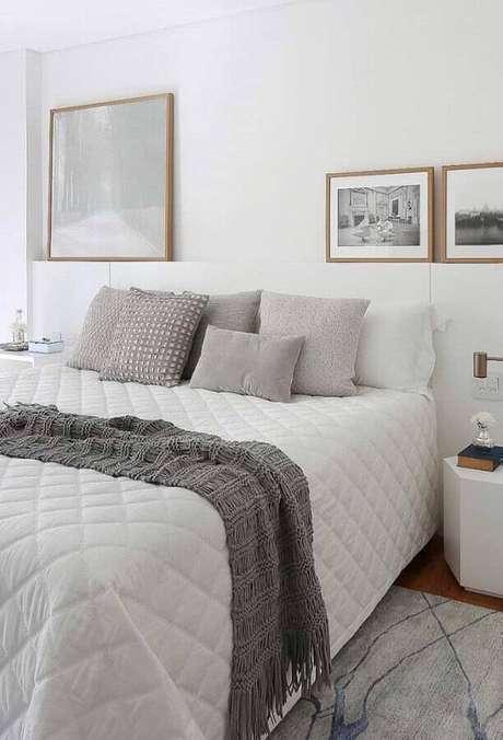 26. Decoração clean para quarto de casal branco e cinza com quadros apoiados em nicho – Foto: Pinterest