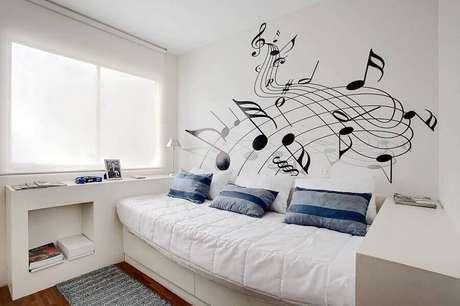 27. Invista em adesivos de parede para a decoração de modelos de quarto simples e clean – Foto: Sesso & Dalanezi Arquitetura+Design