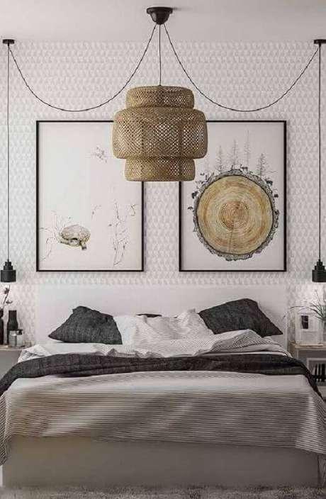28. Quarto de casal moderno decorado com lustre grande e pendentes minimalistas ao lado da cama – Foto: Ideias Decor