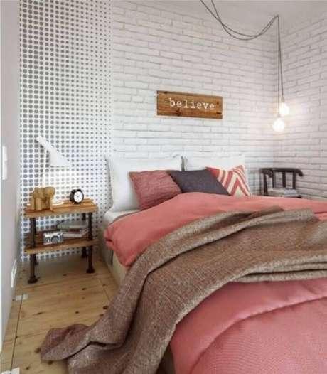 30. Modelos de quarto decorado com papel de parede diferentes ficam com estilo moderno – Foto: Yandex