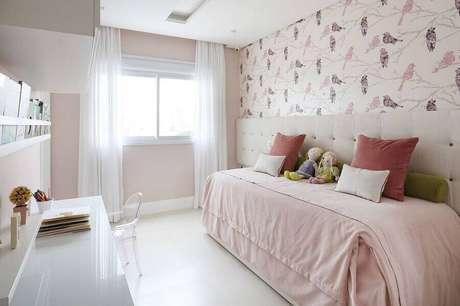 34. Delicada decorada para quarto feminino branco e rosa claro com papel de parede com estampa de passarinhos – Foto: Renata Popolo