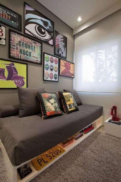 39. Decoração para quarto jovem e moderno com vários quadros divertidos em parede cinza – Foto: Alessandra Kaetsu