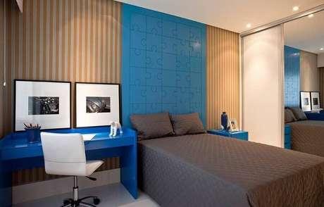 41. Modelos de quarto moderno com cabeceira azul e papel de parede listrado – Foto: SQ+ Arquitetos Associados