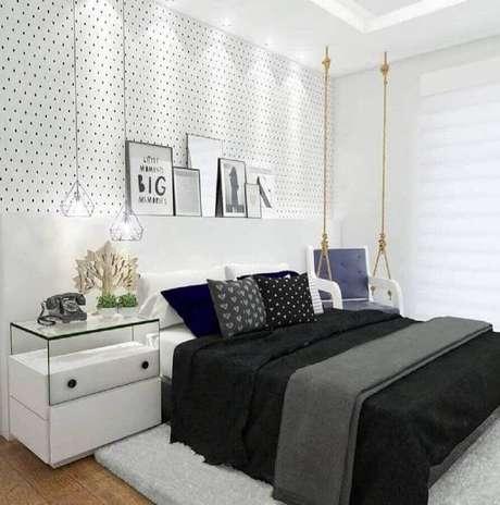 49. Modelos de quarto todo branco decorado com papel de parede de bolinhas e poltrona balanço – Foto: Webcomunica