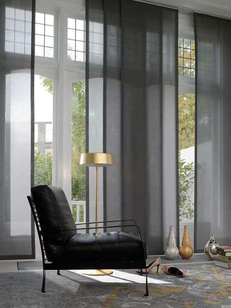 48. Persianas para sala de estar cinza e preto – Via: Blog del Sofá