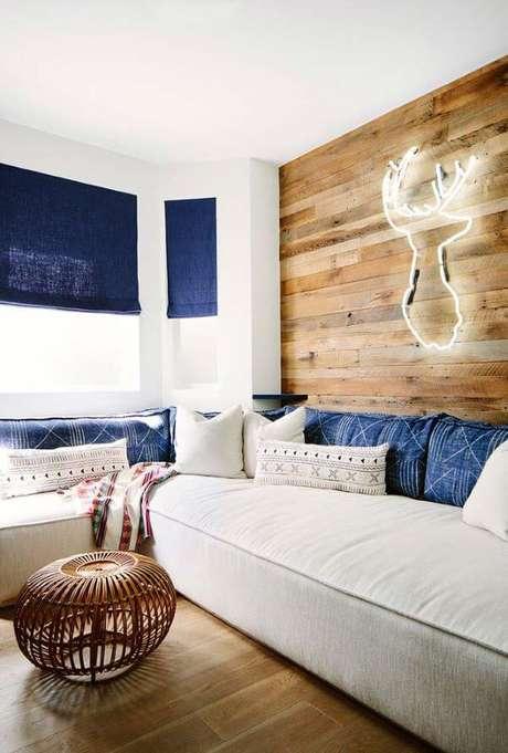53. Persianas para sala com detalhes em azul – Foto: Pinterest