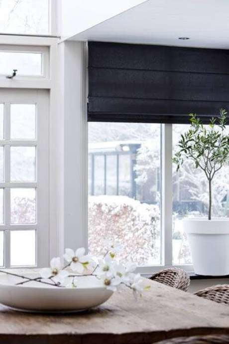 56. Persianas para sala de estar azul marinho – Foto: Pinterest