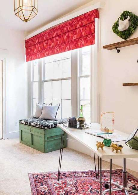 23. Persianas para sala de estar com detalhes em vermelho – Via: Decor Fácil