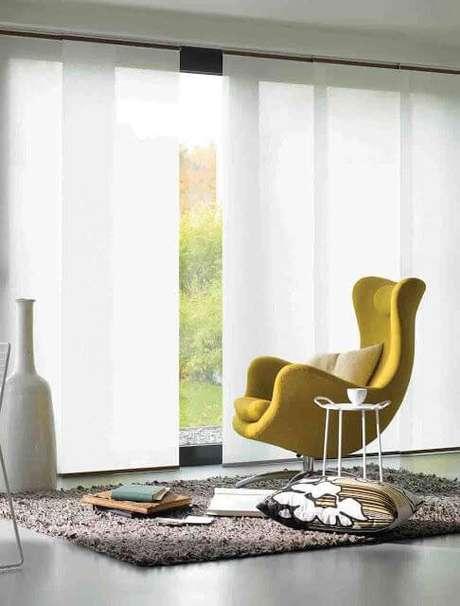 24. Persianas para sala de estar com poltrona amarela – Via: Construindo minha casa clean