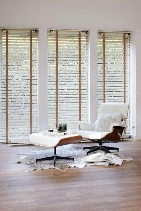 25. Persianas para sala de estar com poltrona confortável – Via: Pinterest