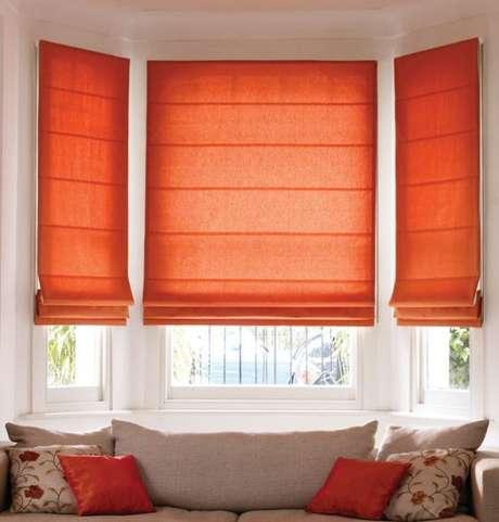 32. Persianas para sala de estar laranja – Foto: Pretty Home