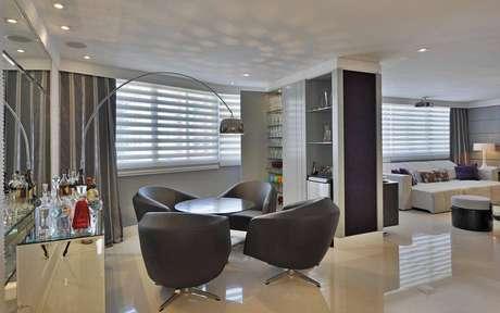 13. Persianas para sala de estar com lounge – Projeto: Pinterest