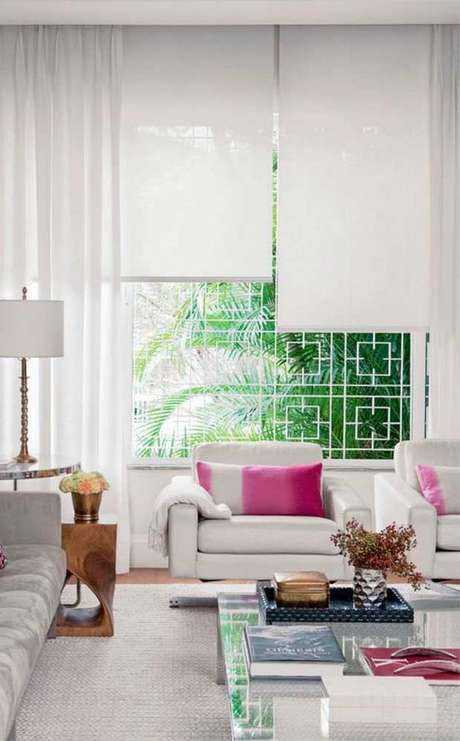 33. Persianas para sala de estar neutra com detalhes rosa – Via: Ideias Decor