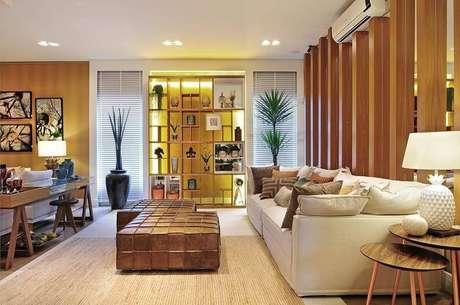 16. Persianas para sala de estar clean com estante de enfeites – Projeto: Quitete Faria