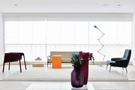 21. Persianas para sala de estar colorida – Projeto: Suite Arquitetura
