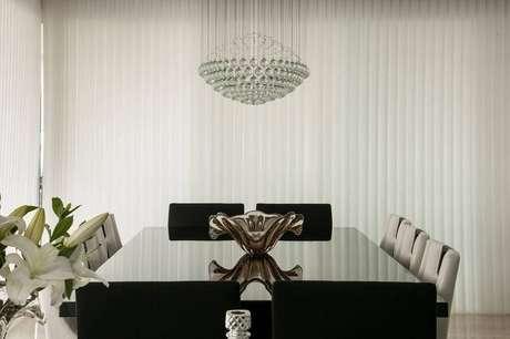 1. Persianas para sala de jantar com lustre acima da mesa – Foto: Pinterest
