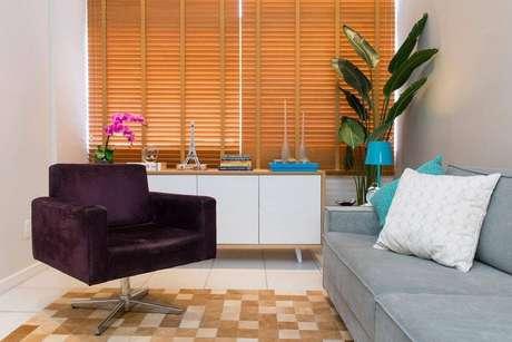 3. Persianas para sala de estar com poltrona roxa – Projeto: Marcelo Bastos