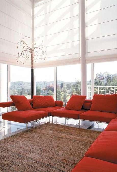 37. Persianas para sala de estar com sofá vermelho – Via: Pinterest