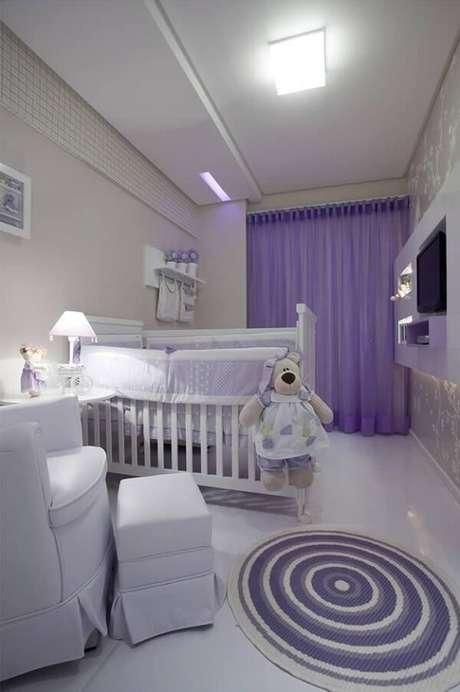 69. Quarto de bebê com tapete redondo Lilás – Projeto por Vanja Maia