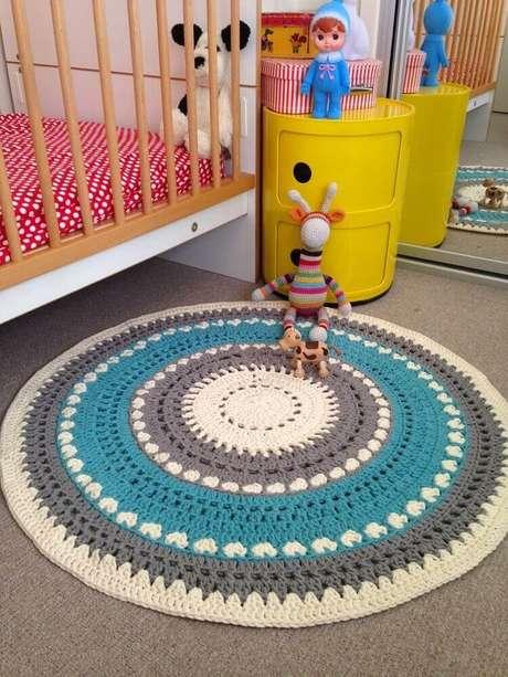 5. Decoração para quarto de bebê com tapete de crochê redondo azul, cinza e bege – Foto: Pinterest