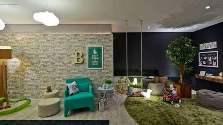 72. Quarto infantil com parede preta e tapete redondo peludo verde – Projeto por Espaço do Traço Arquitetura