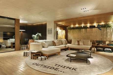 74. Sala de estar com sofá claro e tapete redondo gigante – Projeto por Studio Eloy e Freitas Arquitetura