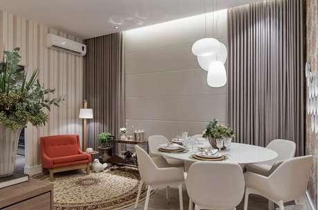 75. Sala de estar com tapete redondo estampado – Fonte: Casa Cor 2016
