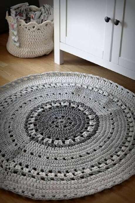 56. Para um ambiente moderno e clean, mas sem perder o conforto, o tapete de crochê redondo cinza é uma ótima opção – Foto: Pinterest