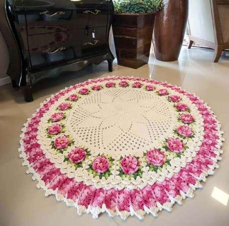 57. O tapete redondo com flor é perfeito para levar um toque delicado à decoração – Foto: Blog Tricolinhas