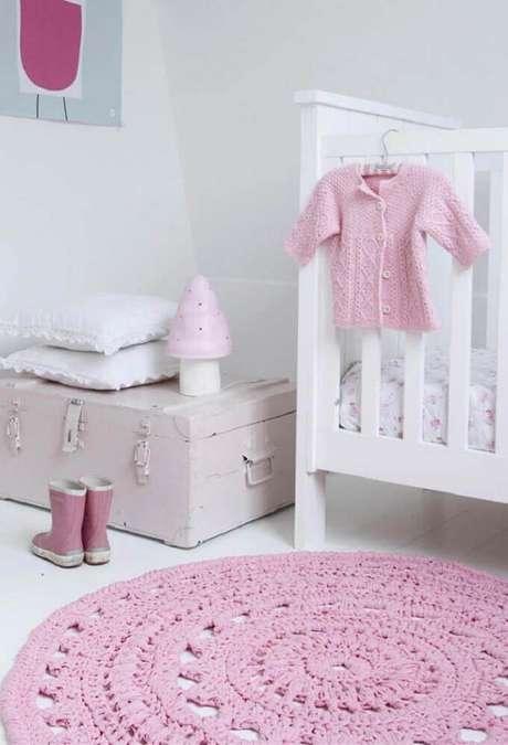 58. Decoração clean com tapete redondo para quarto de bebê – Foto: The Holk