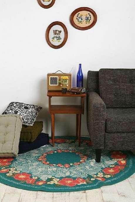 60. Decoração simples com tapete redondo com flor para sala de estar com sofá cinza – Foto: Pinterest
