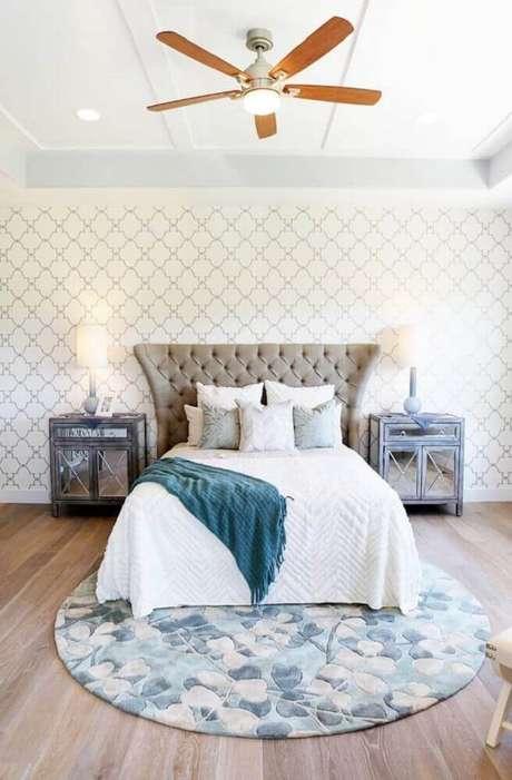 62. Decoração com papel de parede, criado mudo espelhado e tapete redondo para quarto de casal em tons claros – Foto: Pinterest