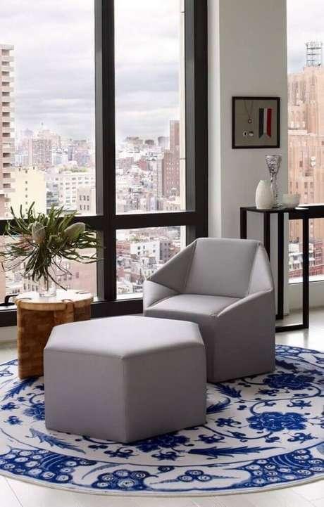 64. O tapete redondo com estampa clássica pode ser utilizado em ambientes mais modernos – Foto: Nicholas C Johnson
