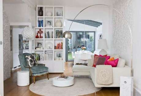 65. Decoração com tapete redondo para sala pequena com sofá de canto – Foto: Webcomunica