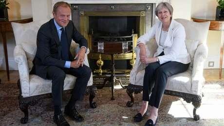 Theresa May (à direita) não conseguiu fechar um acordo de saída