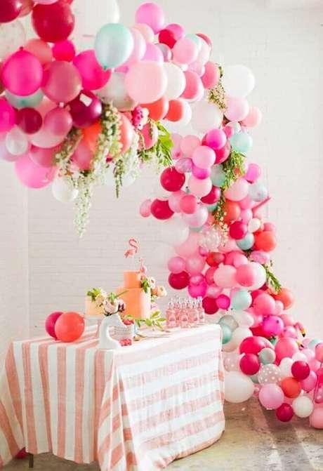 11. Invista em arranjos de balões com vários tons de rosa para a decoração de festa flamingo simples – Foto: Weddbook