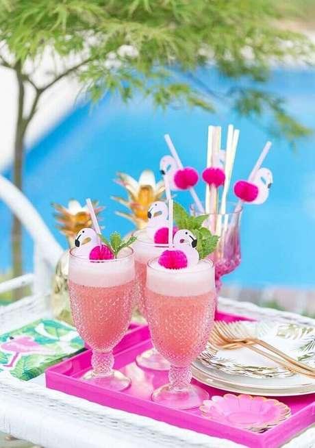 13. Bebidas personalizadas deixam a festa flamingo tropical muito mais divertida – Foto: A Minha Festinha