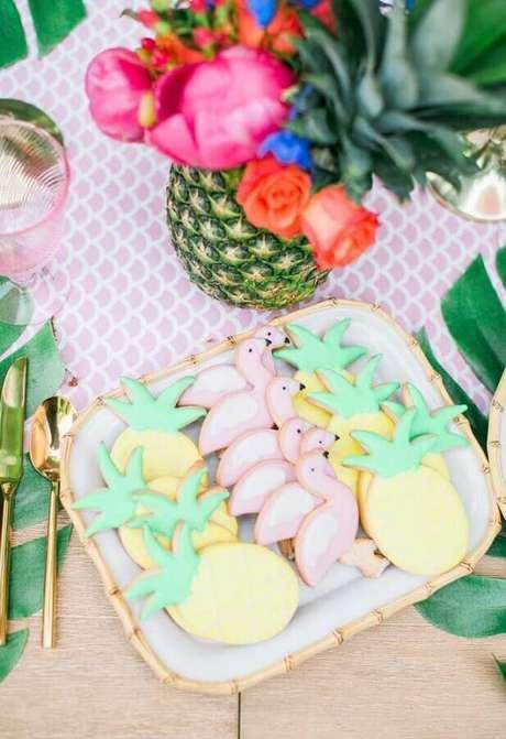 15. Ideias para decoração com biscoitos personalizados para festa flamingo e abacaxi – Foto: Style Me Pretty